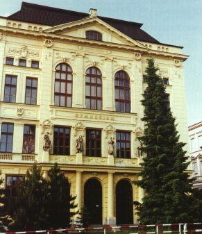 Masarykovo gymnázium poskytuje středoškolské vzdělání v této budově již od roku 1904.