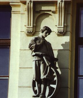 Nad vstupem do Masarykova gymnázia jsou sochy Františka Úprky.