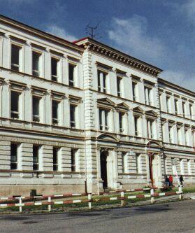 Budova Základní školy na ul. Jičínské z roku 1901 stále slouží svému poslání.