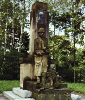 V parčíku u ZŠ Jičínská vybízí k zamyšlení pomník obětem válek.