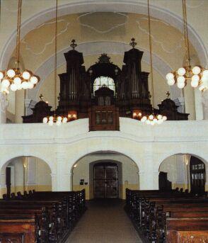Interiér kostela sv. Valentina při pohledu od hlavního oltáře ke kúru s varhanami.