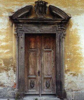 Jeden ze tří kamenných vstupních portálů do budovy bývalého piaristického gymnázia.