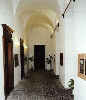 Opravená část interiéru bývalého piaristického gymnázia včetně dochované oblázkové dlažby