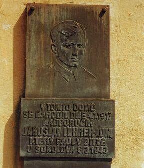 V dolní části Stojanovy ulice stojí rodný dům npor. Jaroslava Lohrera-Loma.