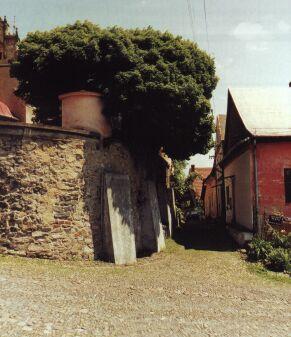 arní kostel je obehnán mohutnou ohradní zdí se čtrnácti kapličkami Křížové cesty.