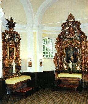 V trojlistých bočních kaplích farního kostela se nacházejí krásné oltáře
