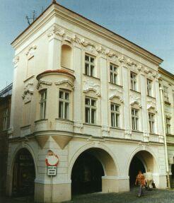 Renesanční dům č.p. 11 je po opravě v r. 1999 ozdobou náměstí.