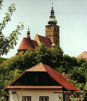 Krovy, střechy a fasáda farního kostela prošly opravami