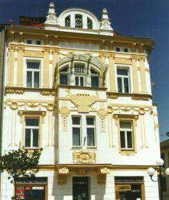 Secesní dům č.p. 35 je jednou z největších a nejkrásnějších budov na náměstí.
