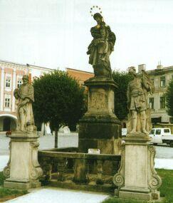 Uprostřed náměstí se nachází sousoší Panny Marie, sv. Rocha a sv. Floriana z r. 1713