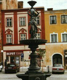 Litinová kašna na náměstí se sochou antické Hygie byla restaurována r. 1999.